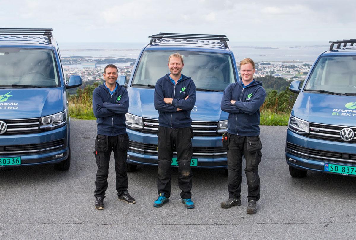 Foto: Tre ansatte foran tre firmabiler